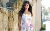 Скромная девушка в платье