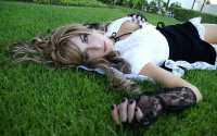 Девушка, зеленная трава, белая блузка, черная юбка, черный лак