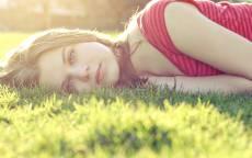 Девушка, лето, солнечные лучи, лежит, зеленая поляна, красная футболка