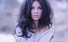 Молодая девушка, брюнетка, распущенные волосы, красивое лицо