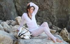 Девушка, скалы, белое боди, женская сумка, коса