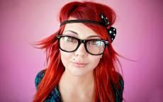 Девушка, красные волосы, смешная, большие очки, родинка