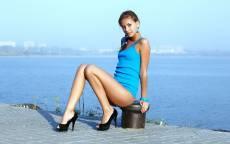 Молодая девушка, море, пристань, голубое платье, черные туфли, горизонт
