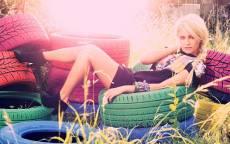 Лето, девушка, автомобильные колеса, платье, блондинка, трава