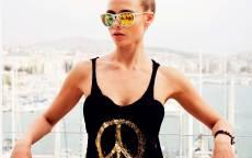 Девушка, солнцезащитные очки, черная майка, балкон, символ пацифик