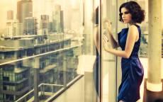 Девушка, стекло, большое окно, мегаполис, балкон, синее платье