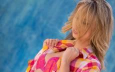 Девушка, блондинка, клетчатая рубашка, красный бюстгалтер, морской фон