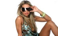 Строгая девушка в солнцезащитных очках на белом фоне