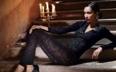 Девушка в брючном костюме, каменная лестница, подсвечник и свечи