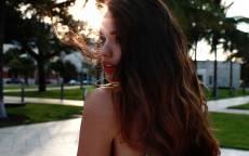 Девушка, обернулась, лицо, развевающиеся волосы на солнце