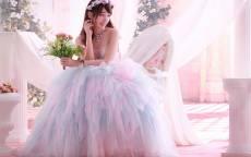 Китаянка в свадебном платье держит букет невесты в руках