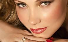 Красивое лицо шатенки с зелеными глазами