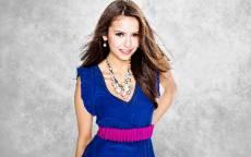 Девушка с ожерельем в синем платье