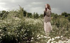 Девушка в ромашковом поле