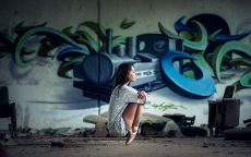Балерина у стены с граффити