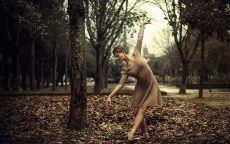 Балерина в осеннем лесу.