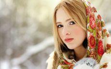 Русская красавица в платке.