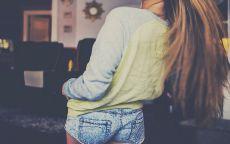 Девушка в джинсовых шортах.