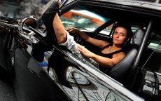 Брюнетка в черном автомобиле.