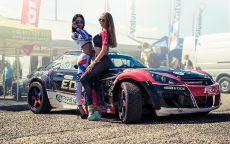Две красотки стоят у спорткара.