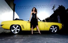 Желтый кабриолет и девушка