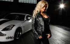 Шикарная блондинка и спорткар