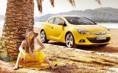 Девушка и желтый Опель на пляже