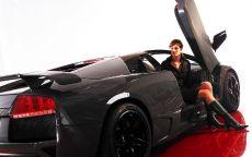 Девушка в черном спорткаре