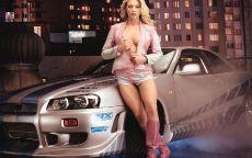 Девушка у спортивного автомобиля