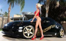 Блондинка в красном и Nissan 350z