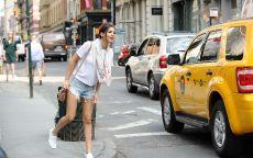Девушка возле желтого такси.