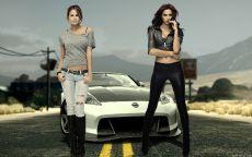 Девушки у спортивного автомобиля Ниссан