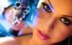 Девушка, лицо, макияж, карие глаза, дуло, револьвер
