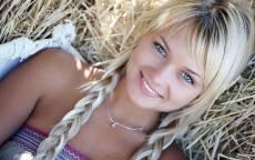 Русская, красавица, девушка, косички, голубые глаза, сено, улыбка