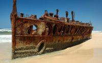 Останки корабля на песчаном берегу