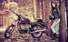 Классический BMW мотоцикл и брюнетка