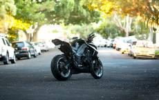 Черный мотоцикл стоит на дороге
