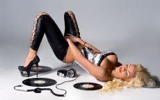 Фотография, блондинка меломанка лежит на полу с пластинками.