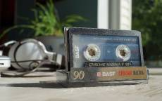 Магнитофонная кассета Басф, наушники