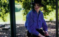 Майкл Джексон на качелях
