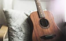 Шестиструнная гитара, кресло, струны