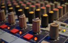 Музыкальная студия, пульт диджея, регулеровки