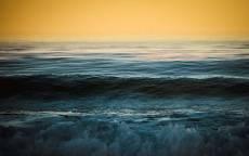 Море, волны, брызги, желтое небо