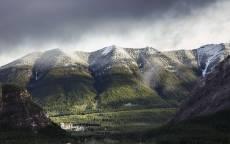 зеленые горы, снежные вершины, туман, облака, лес