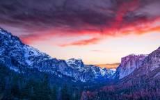 лес в горах, снег на склонах горы, облака, скалы