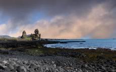 Каменистый пляж, облака, скалы