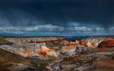 каньон перед грозой на фоне темно синего неба