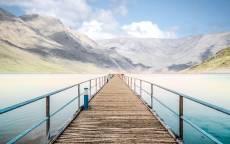 деревянный мостик, пустой мост, горы, пляж, облака
