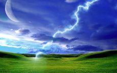 Молния над зеленым полем