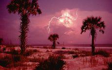 Молния на розовом фоне